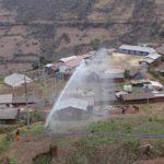 Continúa riego por aspersión en terrenos de cultivo de Llactabamba, zona afectada por intensa polvareda