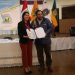 Gobernador de Apurímac entrega reconocimiento a ganadora del Programa Barco de la Juventud Mundial