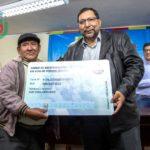 Gobernador de Apurímac entrega carné de identidad a mineros artesanales de Andahuaylas